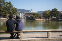 Couple overlooking pond 猿澤池